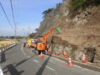 崖を崩し3メートルの拡幅を行う.JPG