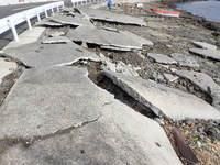 波で破壊された東干潟側への通路のコンクリート.JPG